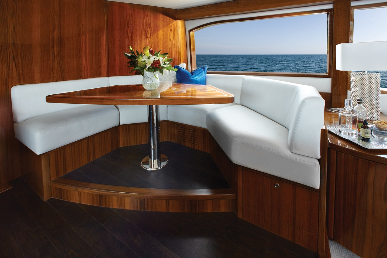 Hatteras GT70 Galley Seating
