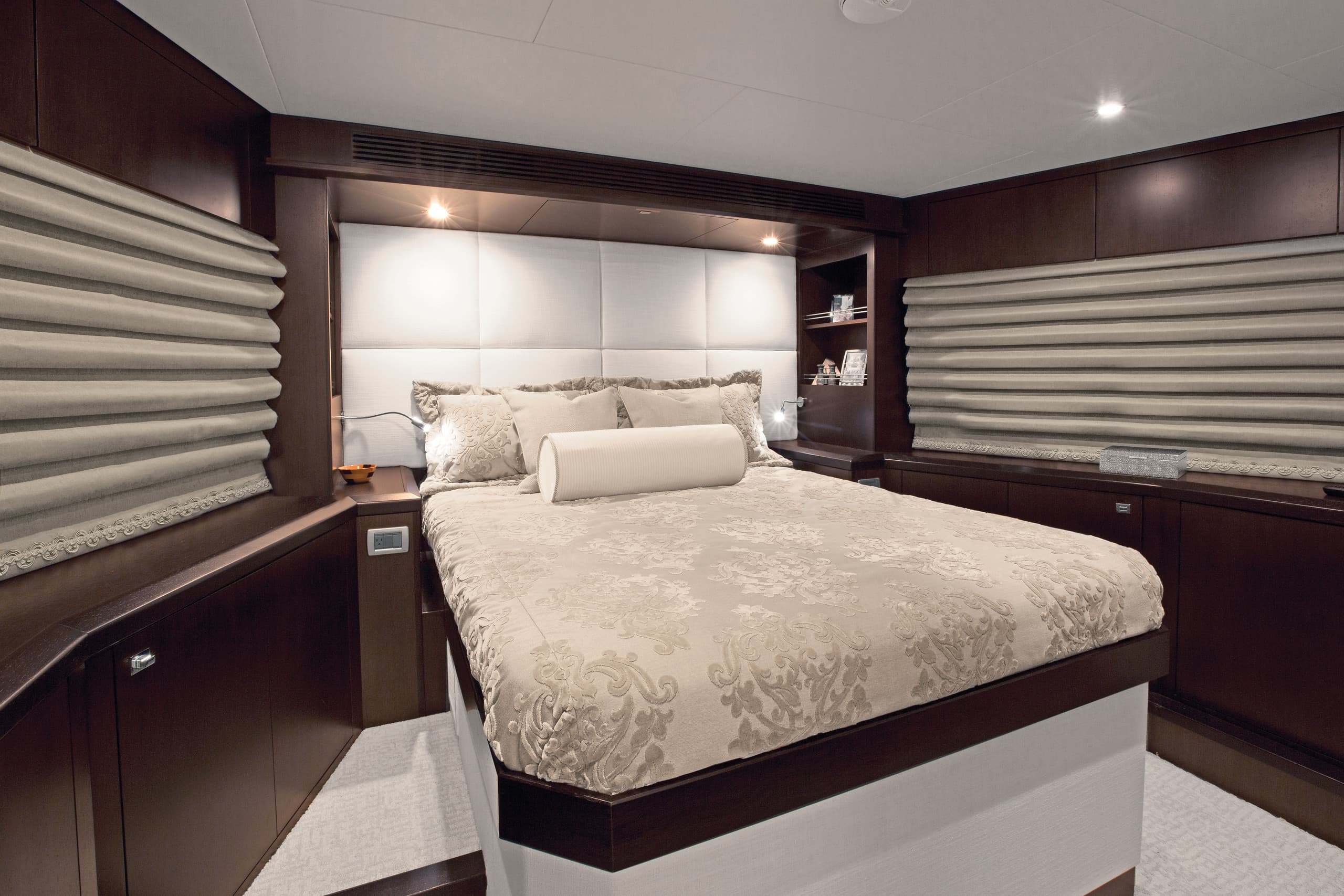 Hatteras 105 Raised Pilothouse VIP Stateroom