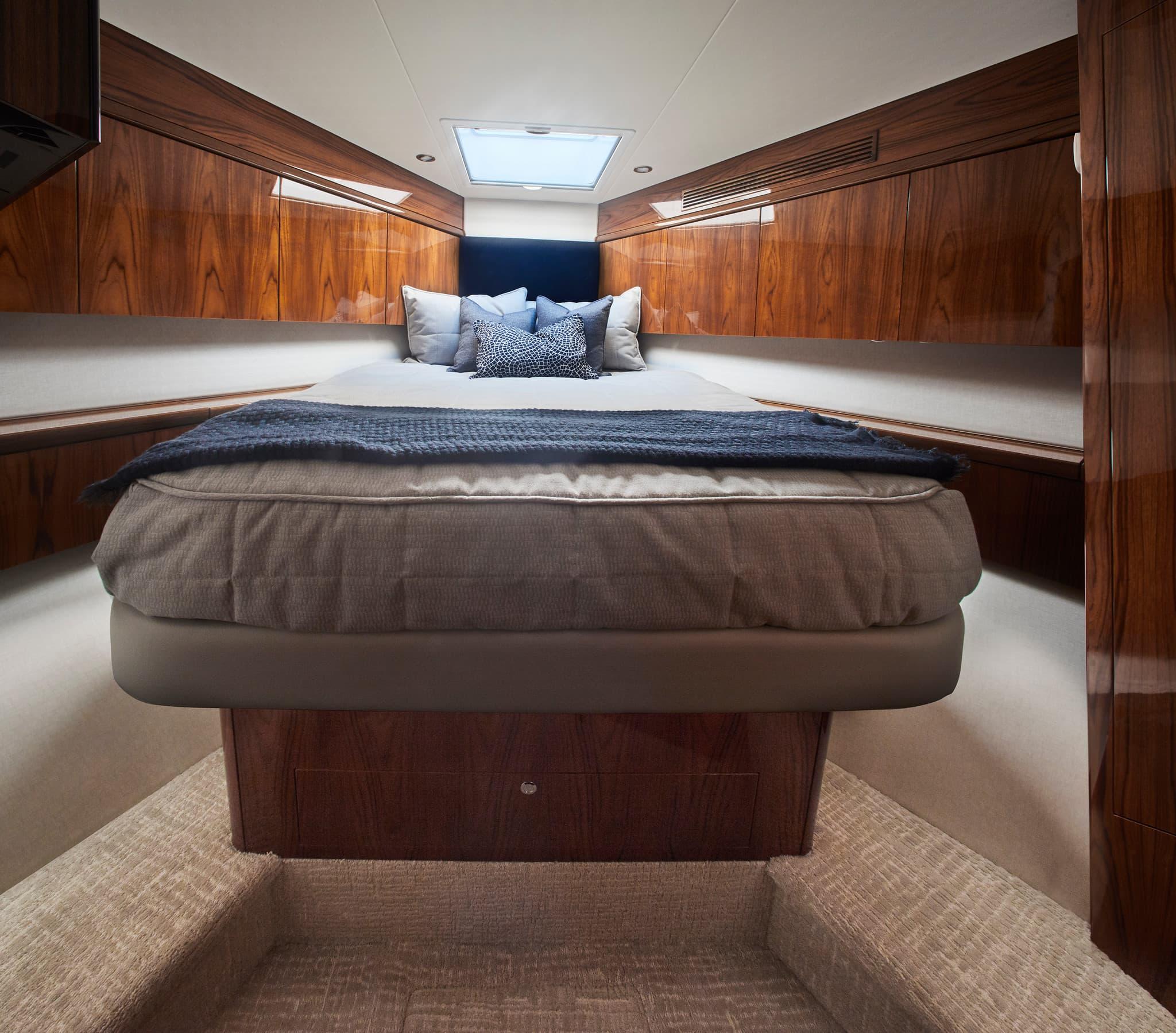 Hatteras GT59 VIP Stateroom
