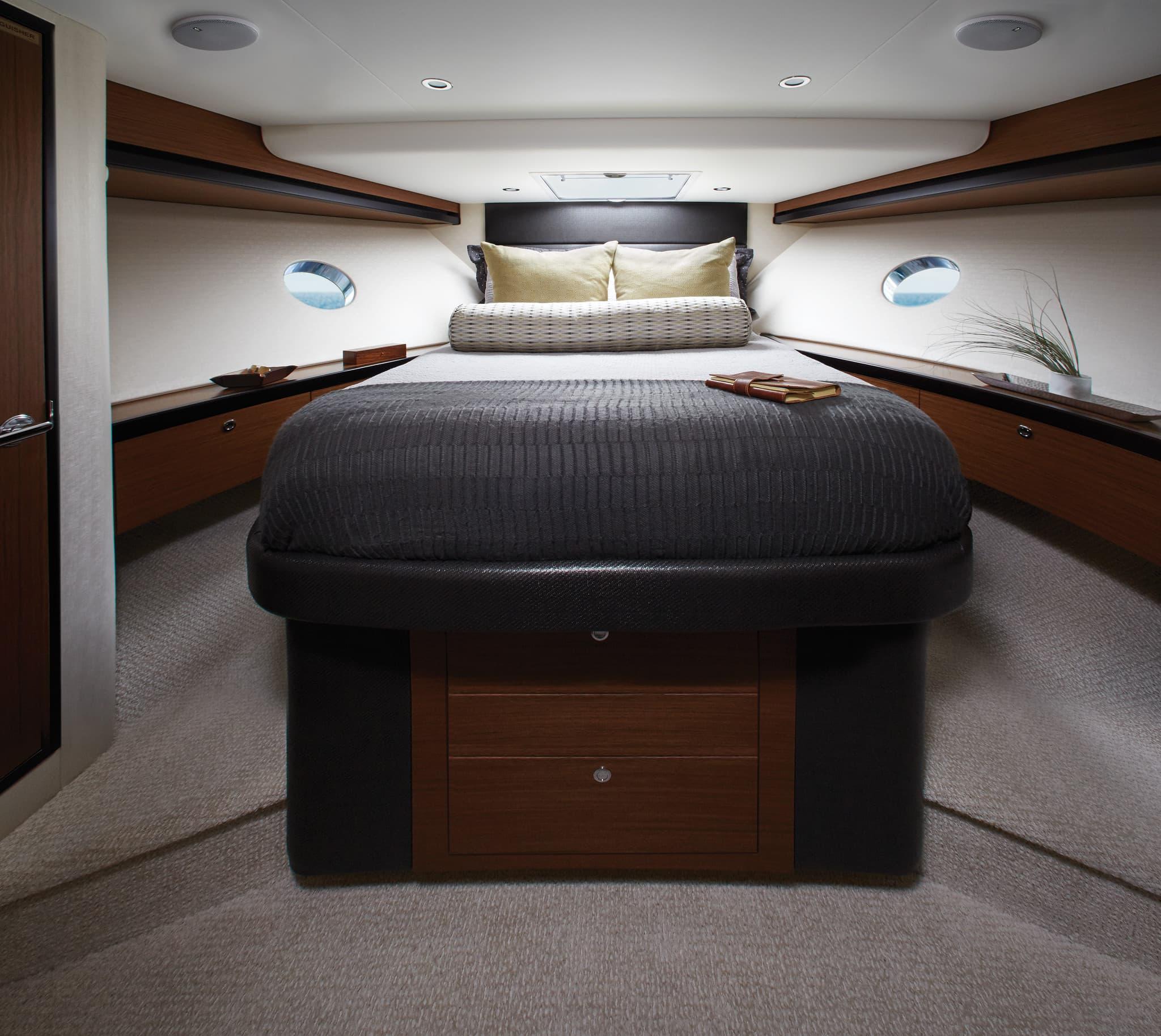 Hatteras M60 VIP Stateroom